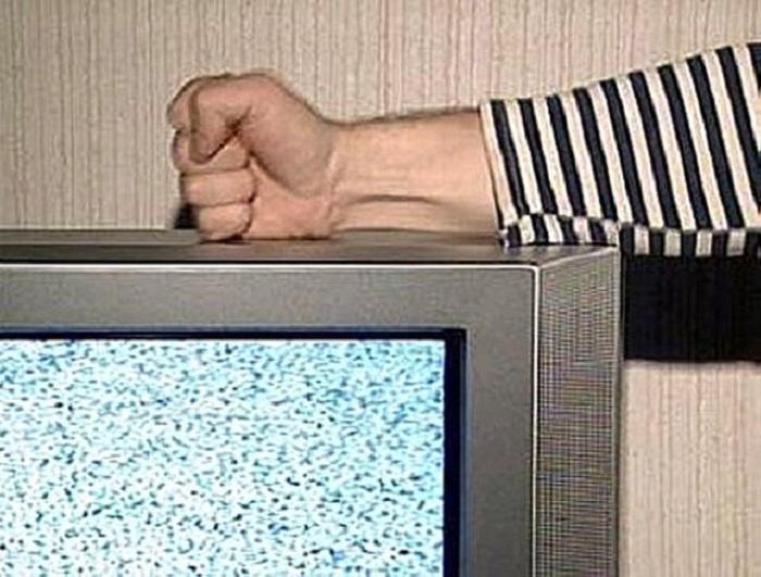 Иногда удар кулаком по корпусу телевизора заставлял контакты смещаться, и техника начинала показывать / Фото: ogo.ua