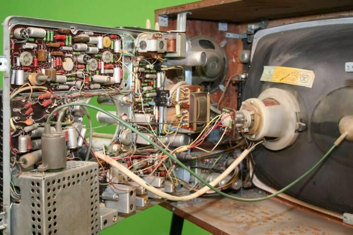 Замена керамической панели для лампы на пластиковую привела к ослаблению контакта за счет разрушения последней в результате нагрева / Фото: romsat-service.com.ua
