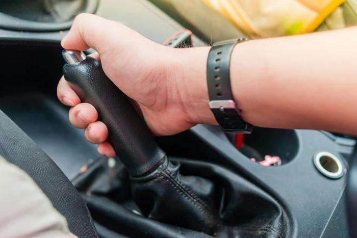 Ручным тормозом необходимо пользоваться регулярно, за исключением сильных морозов / Фото: uk.ilovevaquero.com