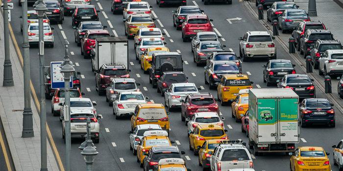 Обращайте внимание на грузовой автотранспорт, идущий впереди / Фото: ntv.ru