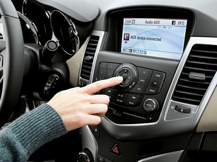 Если в мороз двигатель не заводится сразу, разогрейте его, включив автомобильное радио / Фото: sud.ua