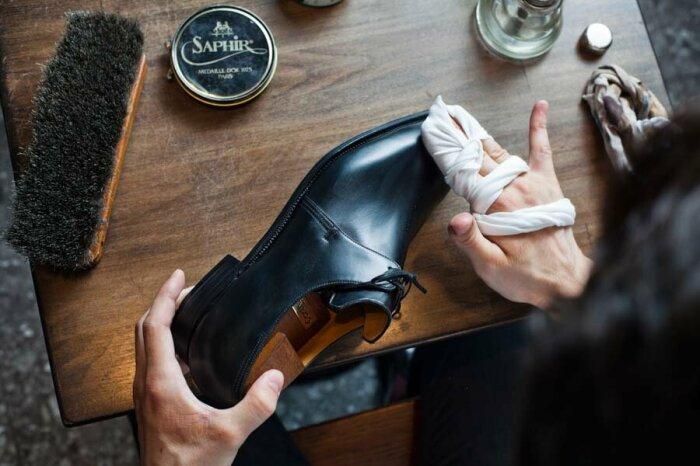 После нанесения нескольких капель касторового масла следует тщательно натереть обувь / Фото: yandex.fr
