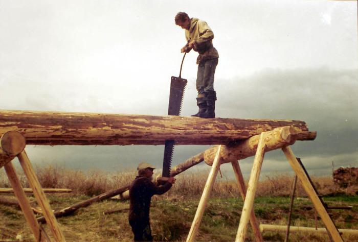 Распил леса осуществлялся вручную, поэтому постройка любого объекта из цельных бревен была гораздо проще / Фото: moyapodsobka.ru