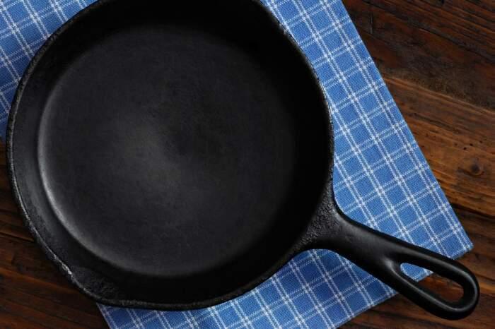 Некоторые сковороды достались нам еще от бабушек, поэтому выкинуть их рука не поднимается / Фото: baconscouts.com
