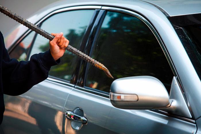Зачастую ехать нужно срочно, поэтому остается только разбить одно из стекол и открыть транспортное средство изнутри / Фото: ВКонтакте