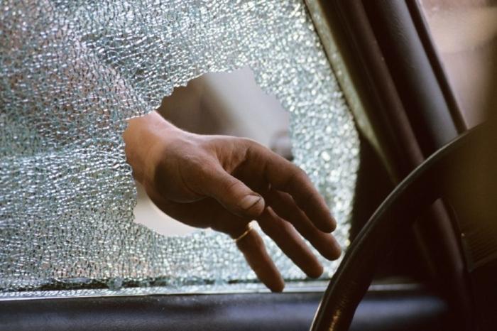 Следует помнить, что в любом случае бить стекло со стороны водителя нельзя / Фото: don24.ru