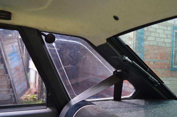 Нередко водители выбирают своей целью один из «треугольников», размещенных сзади, то есть форточку или глухое стекло / Фото: drive2.com