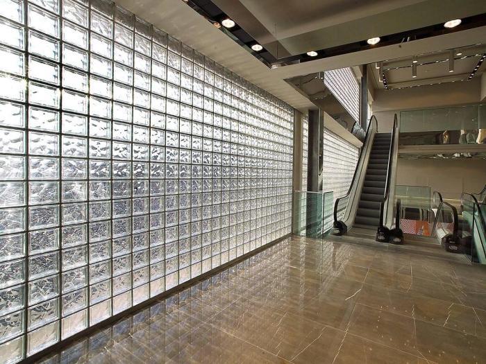 «Кирпичи» из стекла отлично пропускают свет, что позволяет экономить на электроэнергии / Фото: fliesen-glasbausteine.de