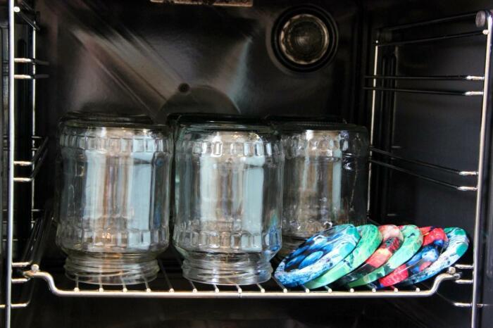 Чистые банки устанавливают на сетку вниз горлышком в холодную духовку и разогревают ее до 150 градусов / Фото: blog.comfy.ua