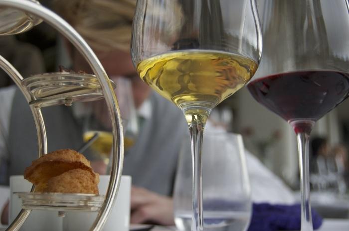 В США определение table wine (столовое вино) относится ко всем сухим, не крепленым, а также не игристым продуктам, содержание алкоголя в которых 7-14 % / Фото: pxhere.com