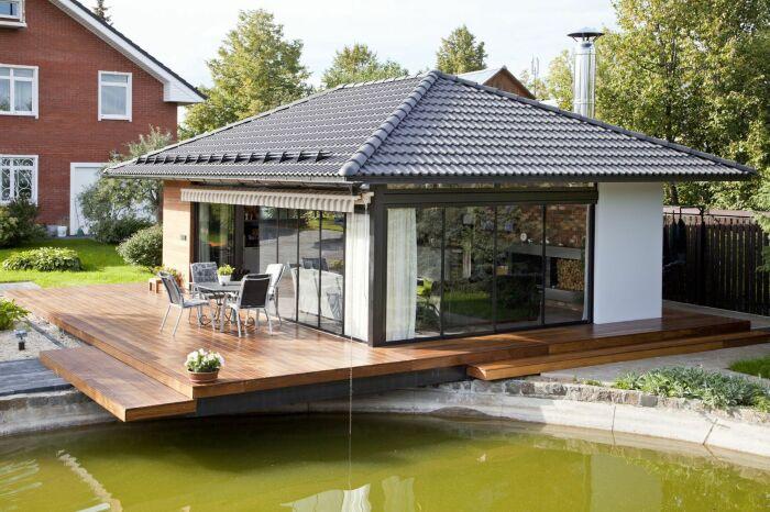 Если дом уже построен в соответствии с законодательными нормами, то хозсооружения можно возводить и с фундаментом / Фото: okno-kupit.ru