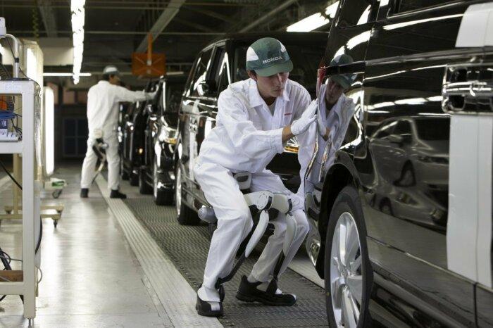На светлых перчатках хорошо видна кровь в случае пореза, люди, работающие на сборке в компании Хонда, одеты в белое и перчатки у них тоже именно белые / Фото: carsweek.ru
