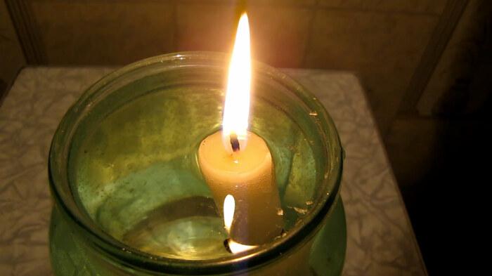 Емкость с обычной свечой наполняется до уровня фитиля растительным маслом / Фото: chemistry-chemists.com
