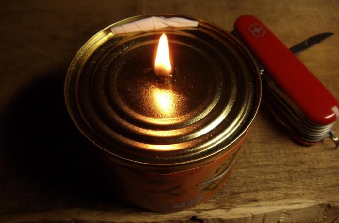 Обеспечить светом на несколько часов может свеча из жестяной банки / Фото: ok.ru