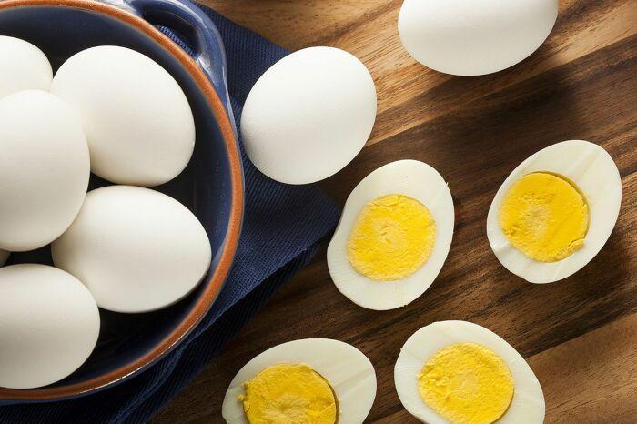 Форма свежего яйца овальная, а круглый желток располагается строго посередине / Фото: pravilauborki.ru
