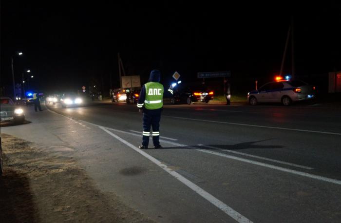 Как правильно поступить водителю, если его остановили в ночное время и просят показать светоотражающий жилет / Фото: admkad.ru