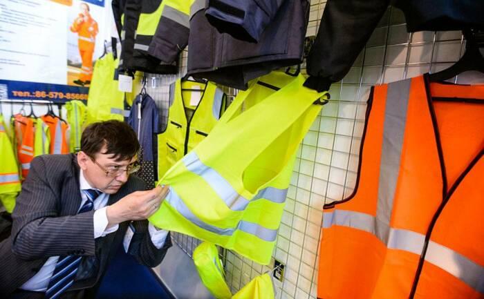 Сравнительно недавно водителей обязали приобрести специальные жилеты, на которых имеются светоотражающие элементы / Фото: avtopribambas.com