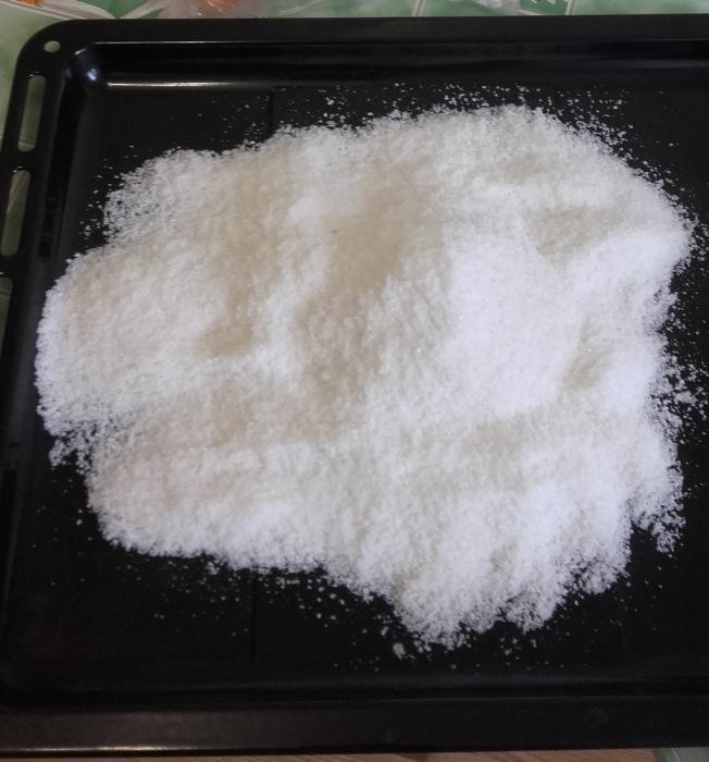 Чтобы высушить соль, достаточно высыпать ее на противень или сковороду и поставить в горячую духовку минут на пятнадцать / Фото: drive2.ru