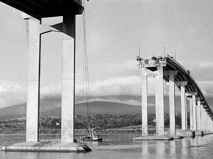 Не попав в пролет по центру моста, судно врезалось в опоры, из-за чего обрушилось 127 метров конструкции / Фото: vintag.es