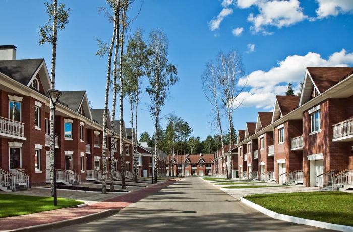Придомовая территория разделена на участки, достаточно узкие, каждый из них принадлежит конкретному жильцу / Фото: stroy-plys.ru