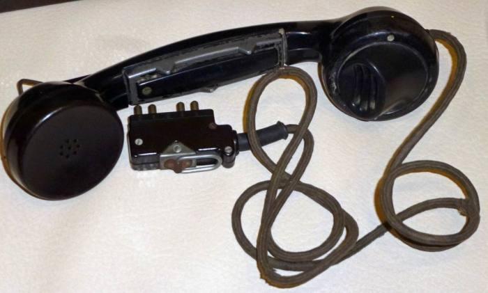Некоторые умельцы срезали телефонные трубки / Фото: war39-45.ru