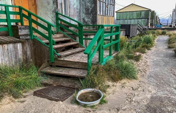 Тазы с водой возле подъездов домов нужны для смыва песка с обуви / Фото: interesnoznat.com