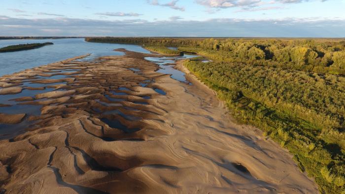 Берега реки Обь, на которых возведены поселки, песчаные / Фото: ugmk.com