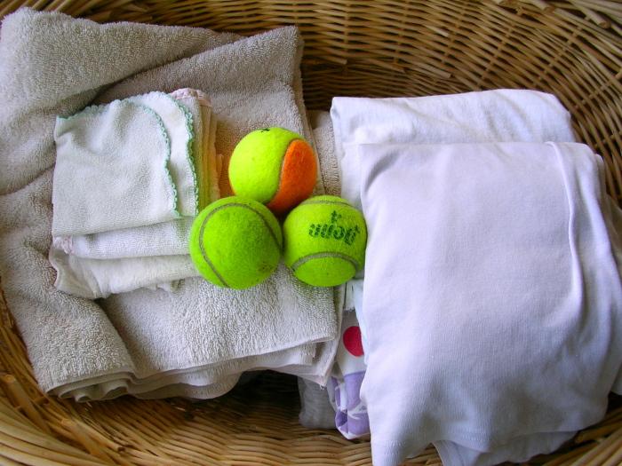 Мячики для тенниса не дают белью слипаться во время стирки, исключая образование заломов и складок / Фото: weallgetdressed.com