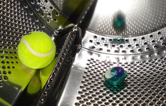 Моющее средство хорошо перемешивается в барабане и не оставляет белых следов и разводов / Фото: irecommend.ru