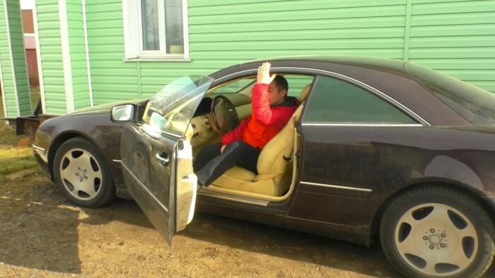 Чтобы избежать неприятного удара током, следует сначала прикоснуться к раме машины сверху, а потом опускать ноги на землю / Фото: YouTube