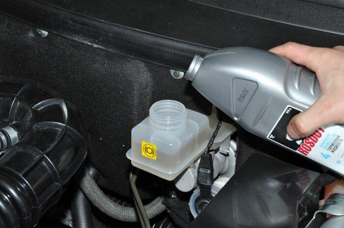 Выполнять процедуру замены тормозной жидкости рекомендуется каждые два года / Фото: avtolife.net