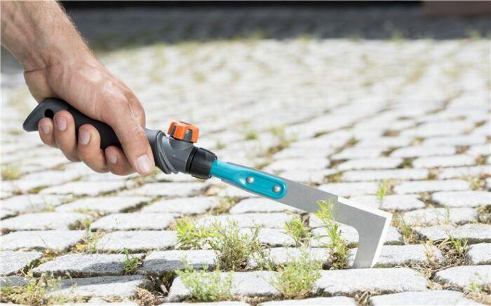 Решить проблему с удалением травы можно более простым способом, чем срезание ее садовой мотыгой или вырыванием руками / Фото: lisisad.com.ua