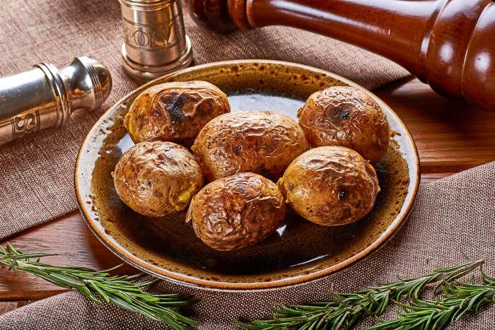 Запеченый в духовке картофель не менее вкусный / Фото: galereya-kafe.ru