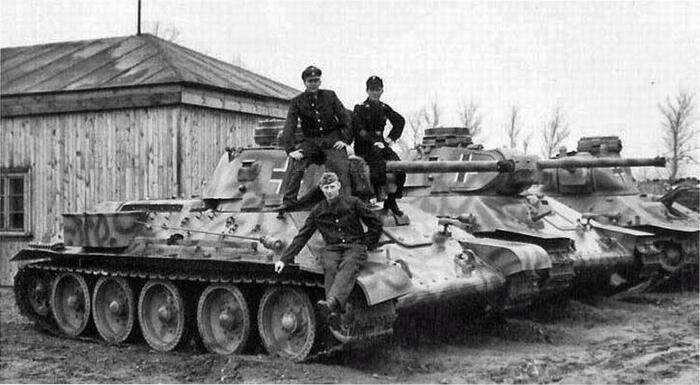 Особенно интересными для немцев стали Т-34, оснащенные так называемой командирской башенкой / Фото: pholder.com