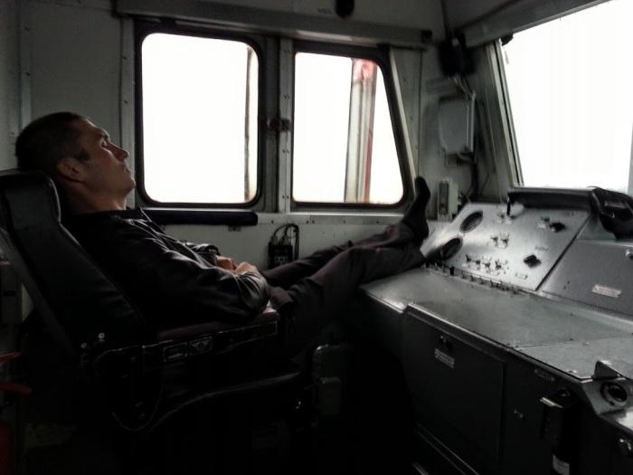 В рабочем локомотиве спальное место для машиниста не предусмотрено, в случае «холодной» перегонки можно обустроить топчан / Фото: unpredictably78.livejournal.com