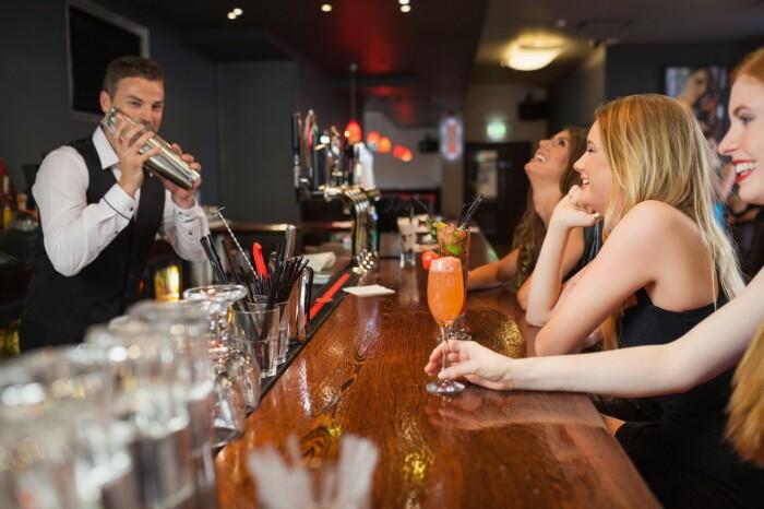 Простая арифметика: зачем бармен кладет трубочки и жвачки в пустой стакан