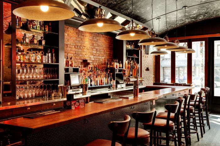 У барменов в заведениях с «контактной» барной стойкой уже много лет существует специальная схема / Фото: tep-hol.com.ua