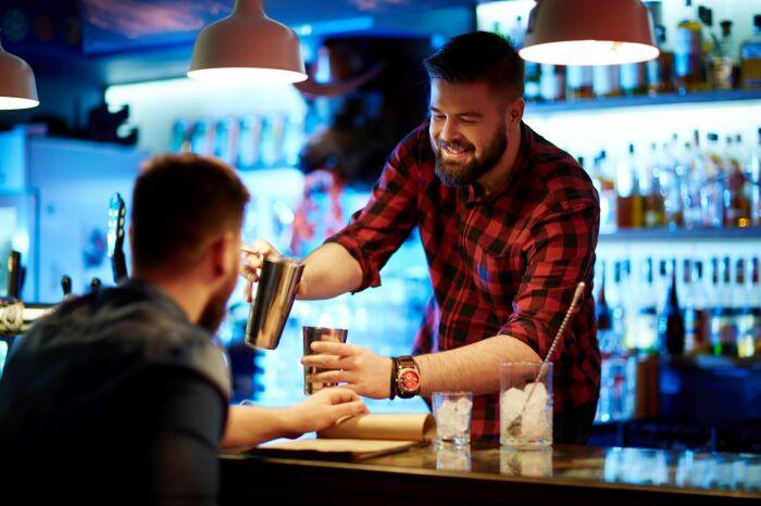 Незамысловатая система помогает барменам обмениваться информацией об излишках в кассе / Фото: academiabarbatilor.ro