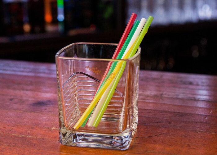 Обычные трубочки используются барменами для быстрого подсчета чаевых / Фото: custom-bar.ru