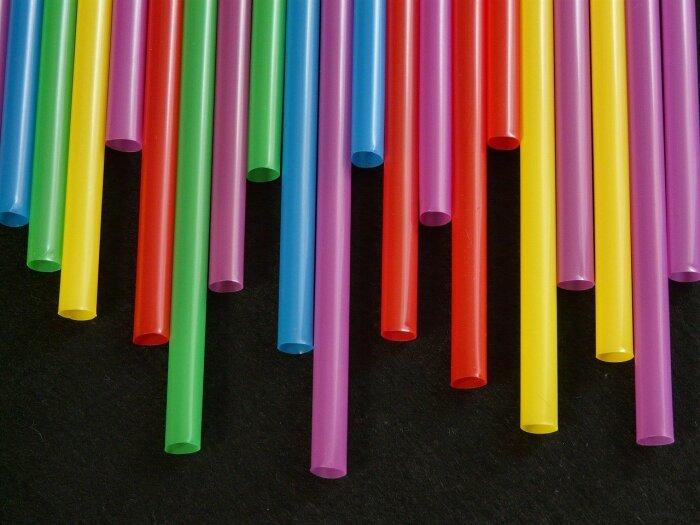 Короткие и длинные трубочки обозначают суммы в 50 и 100 рублей соответственно / Фото: pixabay.com