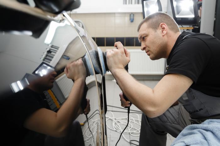 Если повреждения серьезные (царапины большие и крупные), то тут без помощи профессионалов вряд ли получится обойтись / Фото: togliatti24.ru