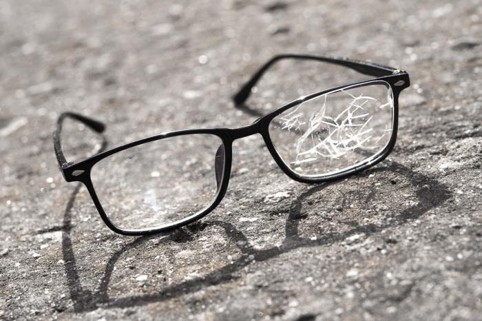 Если очки имеют существенные повреждения, то в домашних условиях восстановить прозрачность стекол не получится / Фото: rxoptical.com