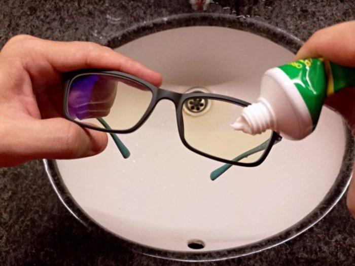 Зубную пасту следует нанести на стекла / Фото: samoe.su