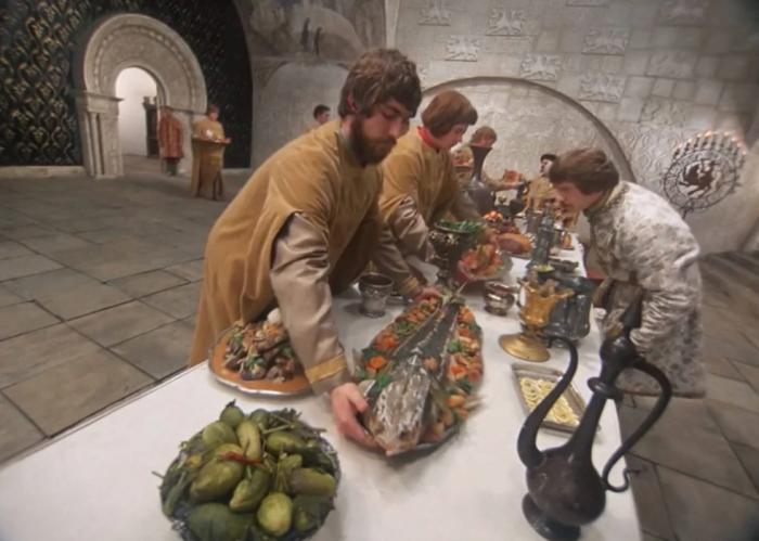Блюда подавались неприправленными, поэтому на столе всегда были соленые огурцы, уксус, соль, перец, кислое молоко / Фото: yablor.ru