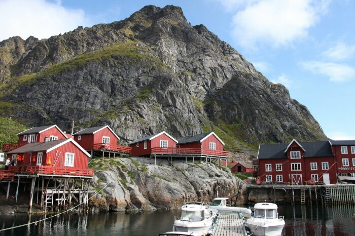 Норвежцы красили свои дома в красно-коричневый цвет, чтобы рыбакам было проще ориентироваться зимой / Фото: nordnorge.com
