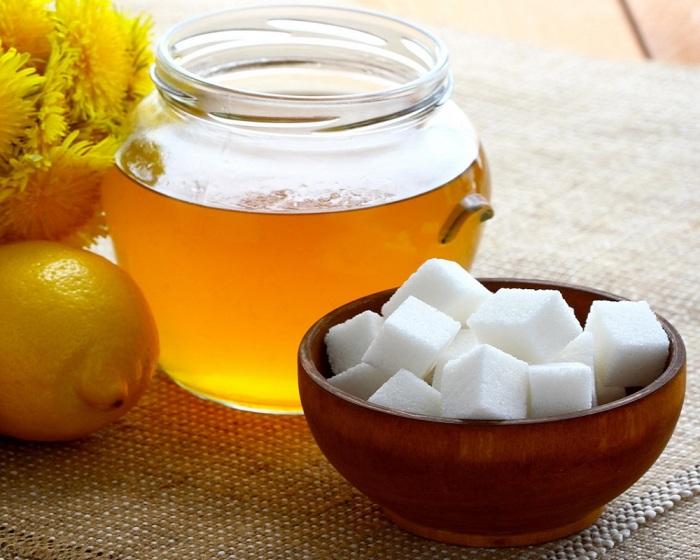 Для приготовления раствора необходимо взять сахар, мед и воду / Фото: narrecepti.ru