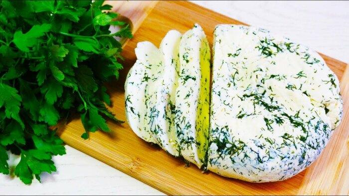 Можно в сыр добавить щепотку соли, зелень, а можно вообще ничего не добавлять / Фото: twitter.com