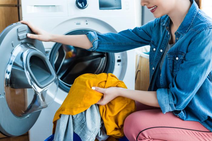 Старую вещь придется стирать дважды, чтобы вывести пятна от дезодоранта / Фото: ru24.net