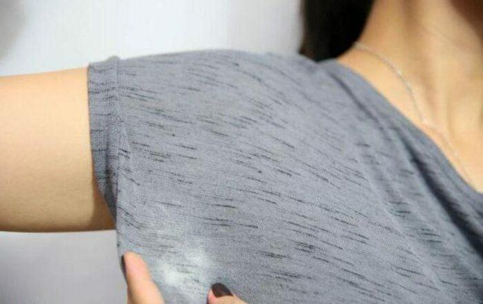 Белые пятна на одежде образуются в результате смешивания пота и соли алюминия / Фото: yarosonline.ru