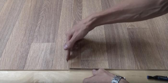 Нехитрый способ, как встык соединить линолеум, чтобы не пришлось прибивать порожки